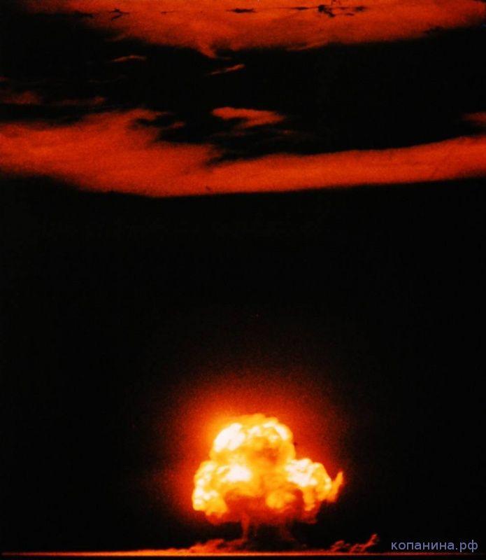 Цветная фотография испытания атомной бомбы Штучка