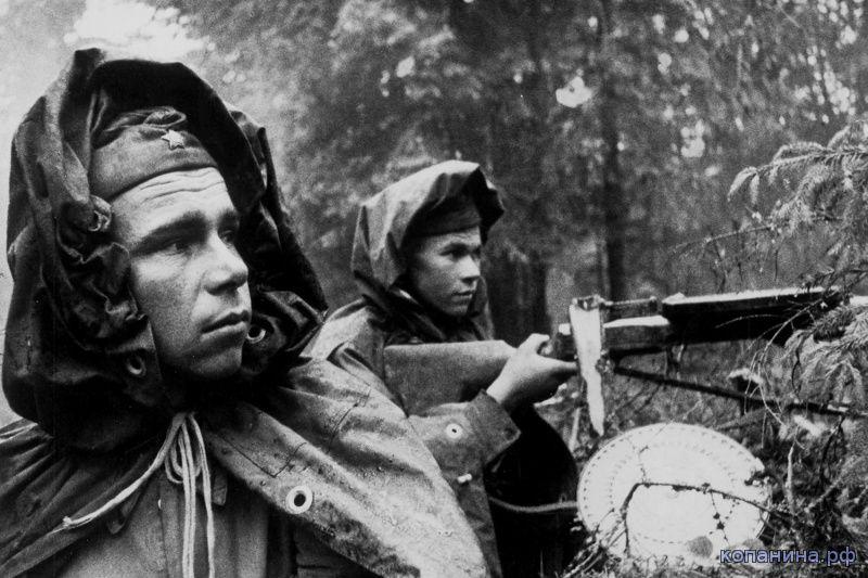 Советские солдаты в лесу. Тактика боя