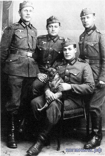немецкие солдаты в переделанных куртках австрийской армии