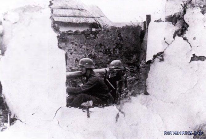 Немецкие солдаты с панцершреком