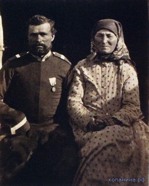 Донской казак и казачка в праздничных костюмах