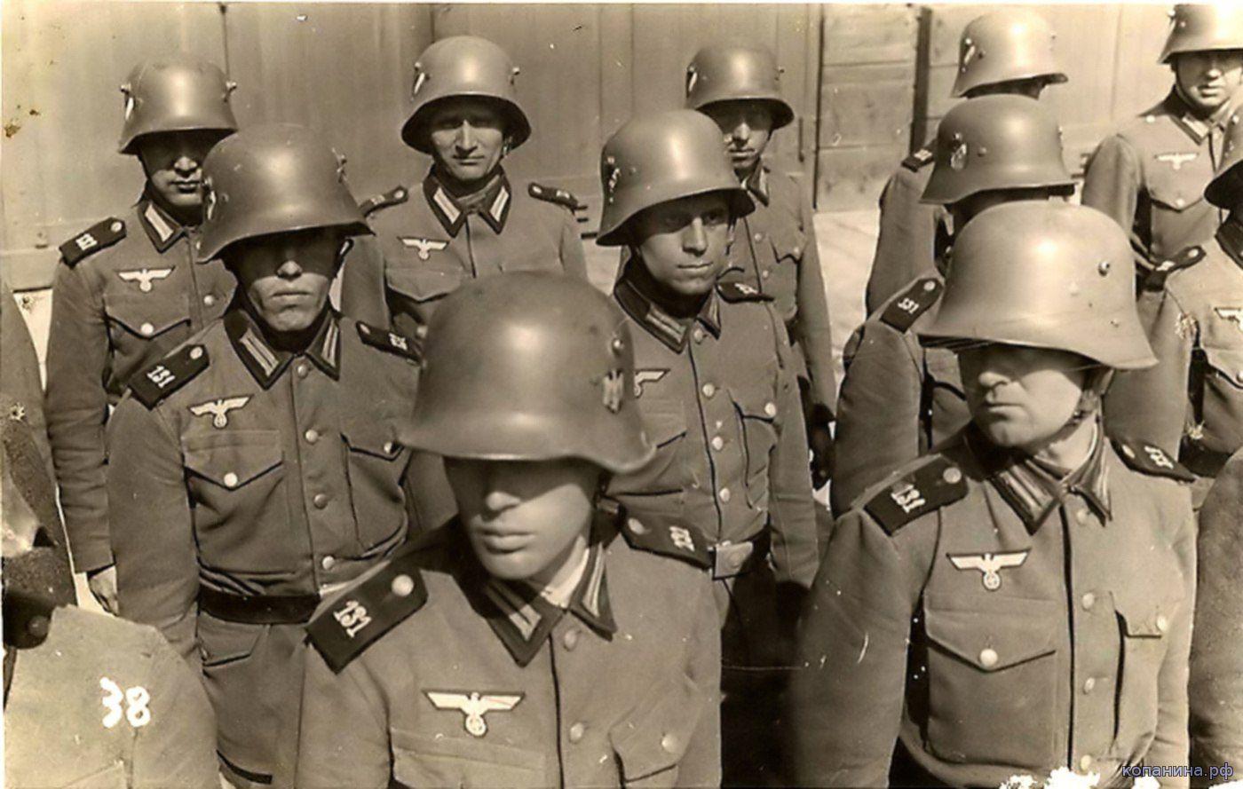 Солдаты вермахта в шлемах М16\17\18: