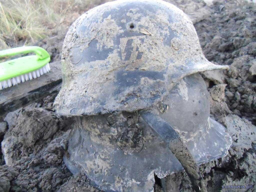 находки черных копателей каски из блиндажа