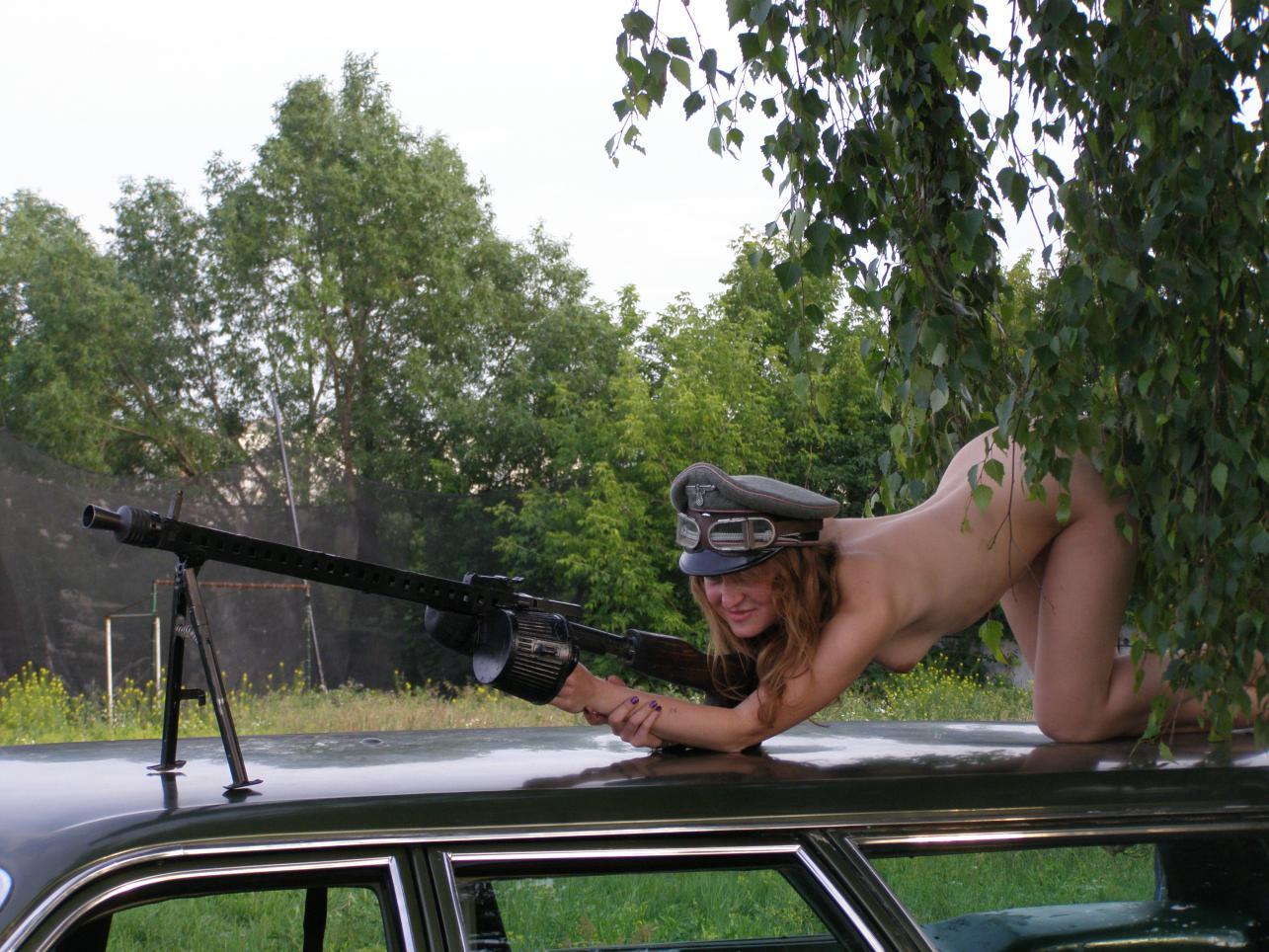 голая молодая немка с пулеметом