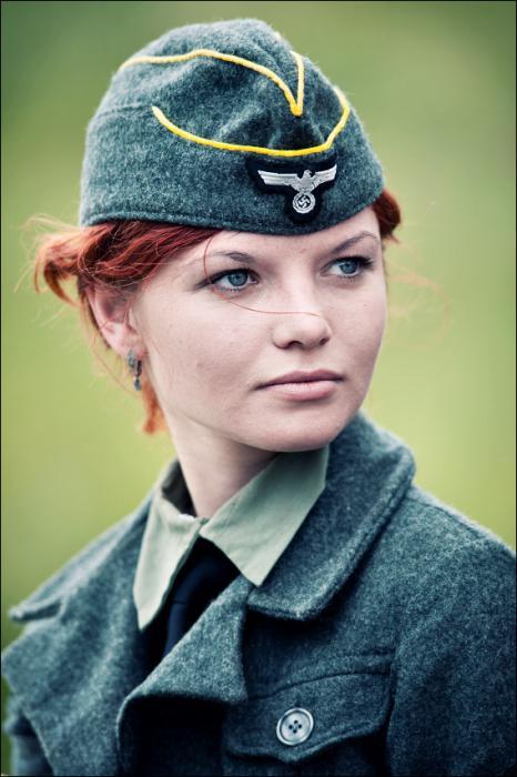красивая девушка в немецкой форме