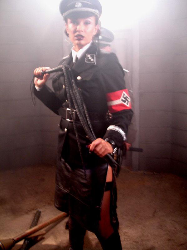 девушка фашист с плеткой