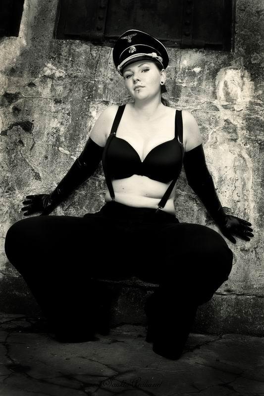 эротическое фото девушка в немецкой форме